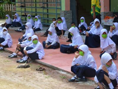 นายกลงพื้นทีแจกหน้ากากให้กับโรงเรียนทั้ง3โรง ในตำบลลุโบะบือซา