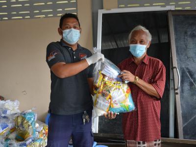 รับถุงยังชีพผู้ได้รับผลกระทบจากการแพร่ระบาดโรคโควิด 19